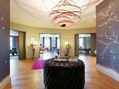 Entrance hall, wooden floor, pink carpet, olive green & grey walls - Daniel Féau Conseil Immobilier