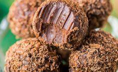 Jednoduché domáce čokoládové pralinky s kávovým likérom a smotanou   Božské nápady Sweet Desserts, Raw Vegan, Nutella, Tiramisu, Ham, Sweet Tooth, Food And Drink, Sweets, Candy