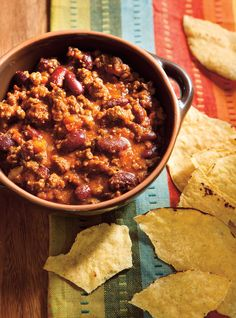 A warm bowl of classic beef chili is a comfort food staple. Beef Chili Recipe, Chili Recipes, Dog Food Recipes, Classic Chili Recipe, Confort Food, Ricardo Recipe, Soup And Sandwich, Freezer Cooking, Soups And Stews