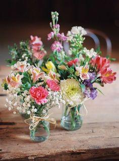 Rustikale Hochzeit bei Shustoke Farm Barn mit Blumenbrautjungfernkleider