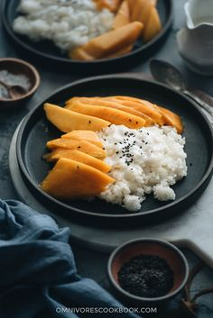 Mango Sticky Rice - The sweet gooey, nutty sticky rice is served with lucious coconut cream and sliced mango. It's so refreshing and comforting. This low-sugar version is not only easy to prepare, but also much healthier. Healthy Thai Recipes, Asian Dinner Recipes, Indian Food Recipes, Asian Recipes, Ethnic Recipes, Chinese Recipes, Sticky Rice Recipes, Mango Sticky Rice, Breakfast Dessert