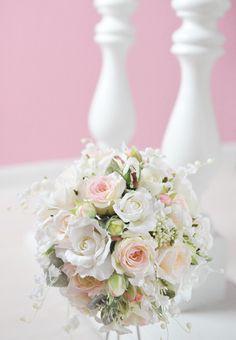 すずらんの花ことば「幸福の訪れ」。初夏を代表する花は、ブーケの中でも人気があります。揺れるように咲く、可憐な花と存在感たっぷりの薔薇との組み合わせは、清楚で気... ハンドメイド、手作り、手仕事品の通販・販売・購入ならCreema。