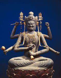 愛染明王坐像 観音堂に安置され、頭部に獅子冠を戴き、三目六臂の愛染明王である。ヒノキの寄木造りで、彫眼、彩色像で、現状では古色を呈している。衣文の彫りも浅く、全体に温和なところから平安時代後期(12世紀末頃)の作と考えられる。