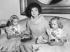 February First Lady Jacqueline Kennedy meets with Donna (left) and Debbie Horst, representatives from the American Heart Association Fund Drive, in the Diplomatic Reception Room at the White House Jaqueline Kennedy, Jacqueline Kennedy Onassis, Jackie Kennedy, American First Ladies, Presidential Libraries, Fall Chic, American Heart Association, Twin Girls, Cool Sweaters