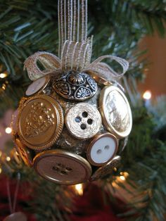 Easy DIY Christmas creation with some buttons and styrofoam balls | Fresh Ideen