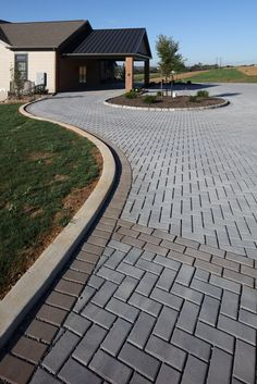 Dreaming of a stylish and modern brick road made of permeable pavers for your home? Techo-Bloc's beautiful Victorien permeable paver will charm you instantly. Flagstone Pavers, Paver Walkway, Paver Sand, Paver Edging, Paver Stones, Pergola With Roof, Pergola Patio, Pergola Plans, Driveway Design