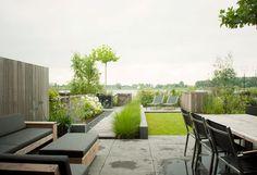 www.buytengewoon.nl. tuinontwerp - tuinaanleg - tuinonderhoud.  Sfeervolle groene tuin in buitengebied bij IJburg. Met betonnen muurtjes, vlonderpad, tuinkast en houtopslag op maat. www.buytengewoon.nl