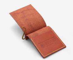 植物性タンニン鞣しの革を使用したハンドメイドのマネークリップ。ナチュラルな雰囲気を演出しているキャメル色の麻糸のステッチは工房で手縫いされたものです 。内側にはカードポケットがあり、カードは5枚ほど入れてもゆったりと取り出すことができます。