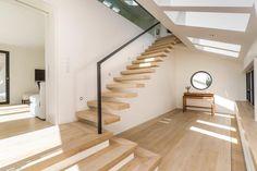 Kragarmtreppe mit Antrittspodest in der Holzart Eiche (Altholzoptik), Brüstungsgelänger aus Glas, Architekt: Benjamin Seidel, HH