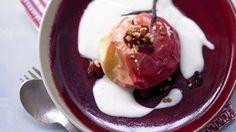 Ganz altmodisch, ganz einfach und sooo gut: Bratäpfel auf Vanillesauce – smarter mit kernig-fruchtiger Füllung | http://eatsmarter.de/rezepte/brataepfel-vanillesauce-smarter