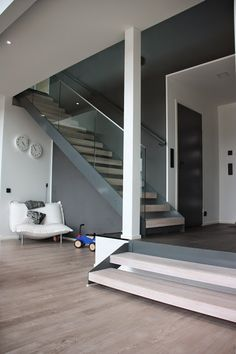Gradon Lumo-portaat harmaalla rungolla ja tolpattomalla lasikaiteella. House Plans, Stairs, Architecture, Building, Interior, Inspiration, Future, Home Decor, Ideas
