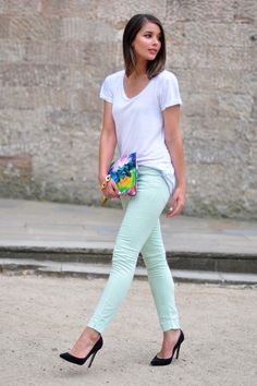 white tee with mint skinny jeans. I REALLY want some colored jeans but not in maternity pants. Look Casual, Look Chic, Casual Dressy, Timberland Shoes, Look Fashion, Spring Fashion, Mint Pants, Pastel Pants, Green Pants