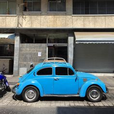 Shiny and blue Beetle #vw #vwbeetle #volkswagen #morninautos #soloparking #chivera #escarabajo #fusca #fuscagram #fuscaazul #germancar #beetle #beetlehunter (at Casco de Chacao)