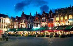 Op de Grote Markt van Brugge zijn er een groot aantal cafés Voor een geweldige avond kunt u naar de uitgaanscafés om te genieten van muziek en lekker drank.