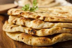 Nawaab Manchester give the best tips to make the perfect Naan Bread. Let's face it: whenever we go for an Indian meal, naan bread is part of the order. Indian Food Recipes, Real Food Recipes, Cooking Recipes, Yummy Food, Pan Indio, Low Carb Flatbread, Naan Flatbread, Flatbread Toppings, Gastronomia
