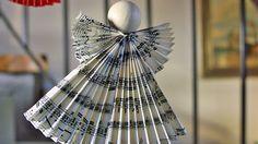 Ein schlichter Weihnachtsengel aus Notenpapier oder buntem Karton ist ein schöner Geschenkanhänger. Der Engel sieht aber auch am Weihnachtsbaum zauberhaft aus.
