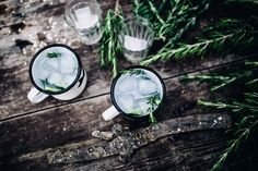 5 cl Gin 1 EL Rosmarinsirup (Rezept siehe unten) 1 Glas brauner Zucker 1/2 Zitrone 2-3 Gurkensticks 2/3  Glas Thomas Henry Tonic Water 3 Zweige Rosmarin ------------------------- Rosmarinsirup: halbe Zitrone auspressen und mit jeweils einem Glas Wasser und einem Glas braunem Zucker aufkochen. Zwei Rosmarinzweige hinzufügen und 15 Minuten köcheln. Anschließend abkühlen lassen.