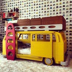 @finabarnsaker - Vilken unik våningssäng! Perfekt för fordonstokiga barn Bild från Pinterest.