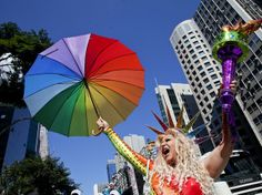 Em São Paulo, a Avenida Paulista é palco da Parada Gay. São Paulo é dona da maior Parada Gay do mundo - http://epoca.globo.com/tempo/fotos/2014/05/fotos-do-dia-04-de-maio-de-2014.html (Foto: EFE/SEBASTIÃO MOREIRA)