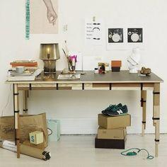 . Als Peter Thörne und Anders Johnsson in Stockholm noch zur Konstfack School of Design gingen, hatten sie die Idee, Holzreste aus Tischlereien vor dem Ofen zu retten und sie statt dessen zu einem Tisch zu formen. Herausgekommen ist Keep, ein wirkungsvolles Designmöbel mit Charakter. www.iconist.de