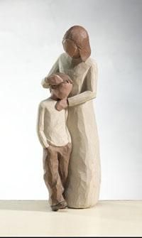"Resting his head on his mother, the Willow Tree Mother and Son Family figurine stands at 8 inches tall and reads ""Celebrating the bond of love between mothers and sons. Sculptures Céramiques, Tree Sculpture, I Love My Son, Child Love, Harry Potter Village, Willow Tree Statues, Willow Tree Engel, Willow Tree Figuren, Collection Harry Potter"