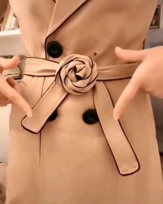 video ropa Tie a ribbon 3 - fun craft Diy Clothes And Shoes, Diy Clothes Videos, Ways To Wear A Scarf, How To Wear Scarves, Diy Fashion Hacks, Fashion Tips, Fashion Design, Mode Outfits, Fashion Outfits