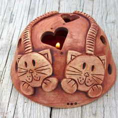 Zamilované+kočky+-+svícínek+Ručně+modelované+stínidlo+na+svíčku+ze+světlé+keramické+hlíny,+patinované+oxidem+železa+do+hnědočervena.+Každý+kousek+originál.+Rozměry:+cca+6,5+x+11+cm+Kalíšek+na+čajovou+svíčku+v+ceně.+Další+stínidla+najdetezde. Origami, Origami Paper, Origami Art