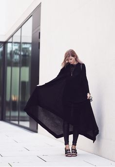 The long over long trend illustrated well with this all-black outfit. Via Jana Wind Dress: COS, Leggings: Asos, Shoes: Zara Dark Fashion, Minimal Fashion, Grunge Fashion, Wearing All Black, All Black Outfit, Black Outfits, Casual Outfits, How To Wear Leggings, Vestidos