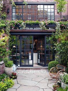 A stylish townhouse in Manhattan's West Village Annabel Whites Stadthaus in Manhattans West Village West Village, Village Houses, Vogue Living, Design Exterior, Modern Exterior, Patio Doors, Patio Windows, Exterior Windows, Wall Exterior