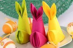 Servietten falten Anleitung Osterhase aus Papierserviette gefaltet. In verschiedenen Farben passend zur Tischdekoration für Ostern oder Kindergeburtstagen.