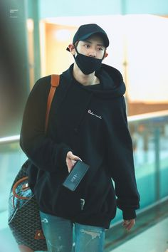Find images and videos about kpop, exo and chanyeol on We Heart It - the app to get lost in what you love. Chanyeol Cute, Park Chanyeol Exo, Baekhyun, Kpop Exo, Kyung Hee, Kim Minseok, Exo Korean, Airport Style, Airport Fashion