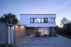 Ein Haus in Affalterwang, Deutschland von Liebel Architekten BDA. Ein Boden voller Steine, der nur bis zu 1m unterkellert werden kann.