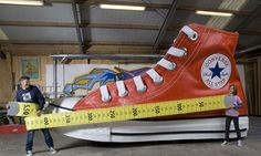 Guinness World Records 2010 ~ The largest shoe   (by the National Fonds Kinderhulp in Amsterdam)    5.50 m long, 2.11 m large and 2.90 m high.  5,50 metri di lunghezza, 2,11 di larghezza e 2,90 di altezza.