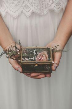 "Ringkästchen, Schmuck Schatulle mit Hand Lettering-Schriftzug – ""To have and to hold"" Ring Box, Jewelry Casket with Hand Lettering Lettering – ""To have and to hold"" Wedding Ring Box, Wedding Blog, Wedding Gifts, Boho Wedding, Wedding Bouquet, Wedding Flowers, Wedding Jewelry, Wedding Ideas, Art Deco Jewelry"