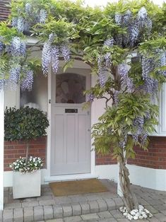Front Door In Farrow and Balls Pavilion Grey Farrow and Ball have released images of fifteen of their favourite front doors. Exterior Paint, Exterior Design, Gray Exterior, Modern Exterior, Pavilion Grey, Front Door Steps, Front Entry, Front Porch, Modern Country Style