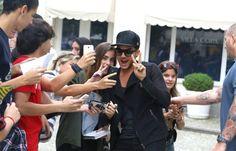 Muita simpatia!Adam Lambert já está no Brasil para o seu show com o Queen, na primeira noite do Rock in Rio, n. E! Online Brasil