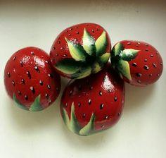 4 fresas rojo jugosos que se ve lo suficientemente bueno para comer. Cada uno está pintado a mano y se sellaron con un barniz interior y exterior por lo que éstos pueden ser lugar al aire libre o interior en un bol para decoración o para engañar a sus invitados. Gamas de fresas en diferentes tamaños y formas, el más grande alrededor de 2 pulgadas, El cuadro 4 primeras son las fresas, recibirá. La última foto es sólo un accesorio de la foto de fresas pasados que he vendido.  ¡Gracias por…