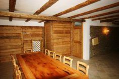 """Ambiente taverna realizzato interamente con legno di larice recuperato da vecchi e dismessi """"masi"""""""