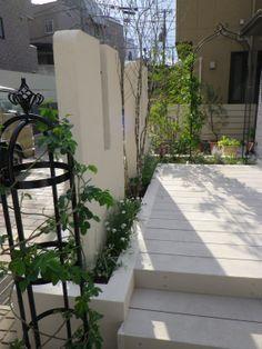 ウッドデッキ / 目隠し / 植栽 / ナチュラルガーデン / ガーデンデザイン / 外構 Garden Design / White deck / White wall / Plants