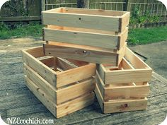 NZ Ecochick: Pallet crates / for books and things Wooden Pallet Crafts, Wooden Pallet Furniture, Diy Pallet Projects, Wooden Pallets, Wooden Diy, Wood Projects, Pallet Ideas, Crate Ideas, 1001 Pallets