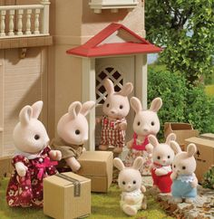Meet the Hopkins; a gorgeous family of champagne pink rabbits! They have just moved to Sylvania very recently and are pictured here on their moving day! They moved into Willow Hall. Sylvanian Families, Diy Dollhouse, Dollhouse Miniatures, Calico Critters Families, Pink Rabbit, Bratz Doll, Bunny Toys, Doll Crafts, Girl Dolls