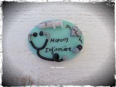 Badge réalisé en pâte Fimo pour Marony, Infirmière.  ☼ Blog : http://www.julie-fantaisies.fr/  ☼ Boutique en ligne ALM : https://www.alittlemarket.com/boutique/julie_fantaisies_bijoux-393577.html
