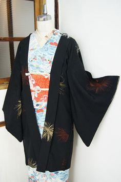 風にふわりと揺れるような金や銀、銀朱色の繊細な花びらも美しい、嵯峨菊のような、ショーンテールのダリアのようなお花模様が織り出された黒の長羽織です。