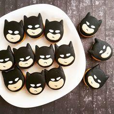 Batman macarons by Sweet Spot by Meli (@sweetspot.bymeli)