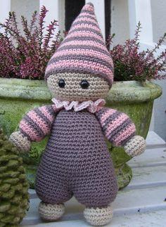 En lille hæklet dukke er hoppet af hæklenålen. Søger man et nemt projekt, er hun i værtfald værd at overveje.. Opskriften købte jeg ...