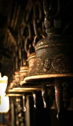 ** Buddha's Garden Of Zen Travel Photographie, Temple Bells, Art Asiatique, Buddha Zen, Ding Dong, World Of Color, Chocolate Brown, Decoration, Decorative Bells