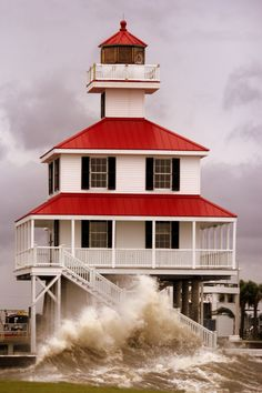 ♜␟ New Canal Lighthouse, Lake Pontchartrain, New Orleans, Louisiana, USA Lake Pontchartrain, Lighthouse Pictures, Beacon Of Light, Am Meer, Architecture, Beautiful Places, Around The Worlds, Lights, Mansions