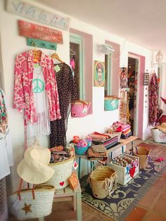 Letreritos, bolsos de playa, ropa hippie que resaltan