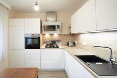 Bílou kuchyní se dřevem si paní udělala radost v důchodu Small Modern Kitchens, Hygge, Home Furniture, Kitchen Cabinets, Interior Design, Hairstyles, Home Decor, Decorating, Cooking