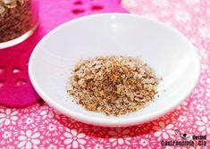 La sal aromatizada que hoy queremos compartir con vosotros es una combinación de pimientas y bayas con flor de sal, idea tomada de la línea de sales Soso Factory, de la que os hablamos cuando conocimos la sal rosa (flor de sal, hibisco, pimienta negra, pimienta rosa, pimentón ahumado y cebolla). Es la flor de sal picante, o lo que es lo mismo, una sal de cinco pimientas que como os comentamos, se puede formular con distintas especias y sales. Recomiendan esta sal picante para condimentar…